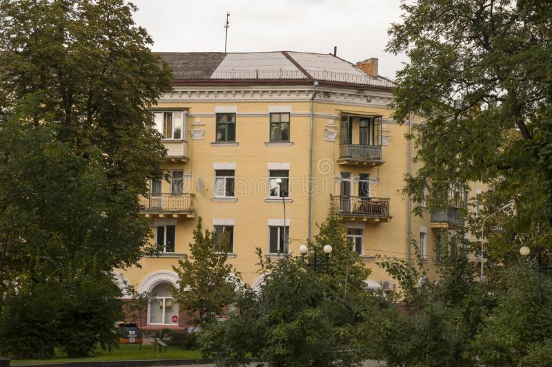 切尔尼戈夫,乌克兰 2017年8月15日 小大厦和街道 现代多叠生的大厦 视图 免版税库存图片