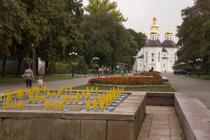 切尔尼戈夫,乌克兰 2017年9月15日 有灰色圆顶和金十字架的基督徒正统白色教会 有花的公园 安静 免版税库存图片