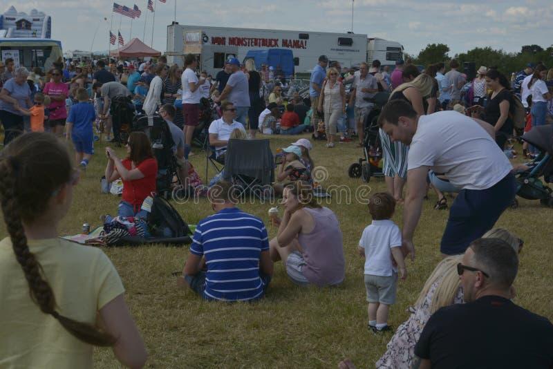 切尔滕纳姆,英国- 2019年6月22日-人人群草的,在每年热空气baloon节日 图库摄影