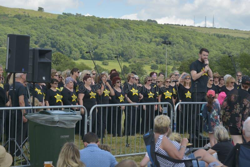 切尔滕纳姆,英国- 2019年6月22日-唱歌的合唱,执行在每年热空气轻快优雅节日在切尔滕纳姆,U K 图库摄影