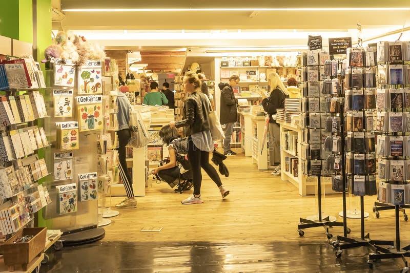 切尔西市场,纽约,美国- 2018年5月14日:顾客和访客在切尔西市场上 库存照片