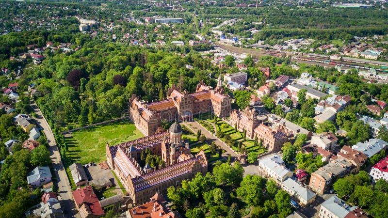 切尔诺夫策,乌克兰- 2017年4月:Bukovinian和达尔马希亚城市居民住所  切尔诺夫策国立大学从上面 库存图片