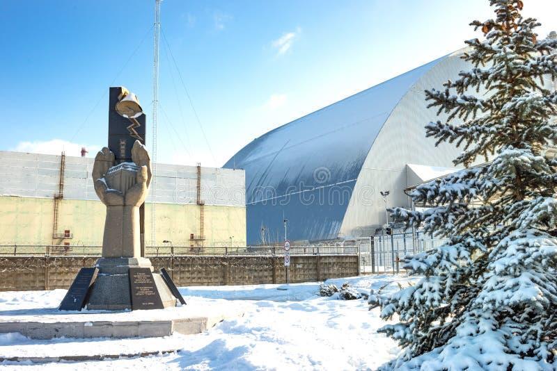 切尔诺贝利反应器包含放射性materia和纪念碑的–石棺对死者在切尔诺贝利核电站 免版税库存照片