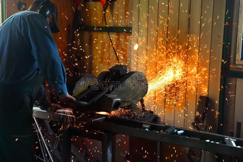 切开与一台固定式研磨机的钢 免版税库存照片