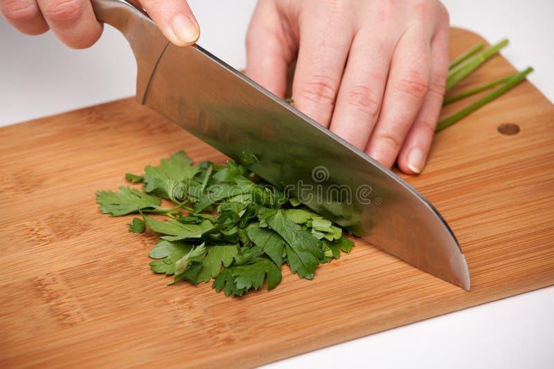 切开与一把厨刀的菜在委员会 库存照片