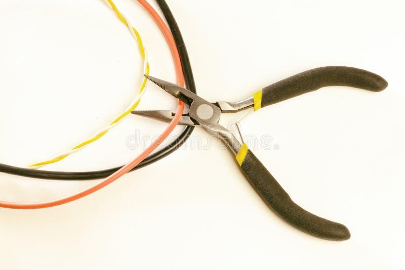 切开与少年的缆绳,在白色背景那里,没有,定调子,特写镜头 库存照片