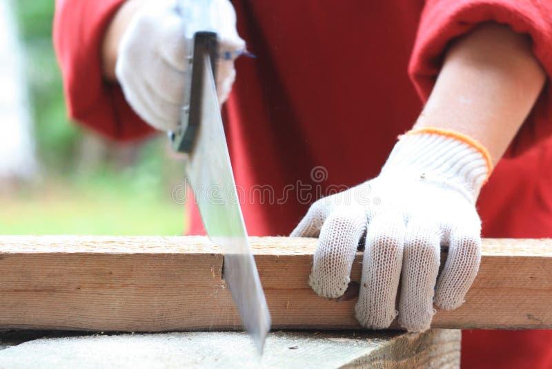 切开与手锯的木材 库存图片