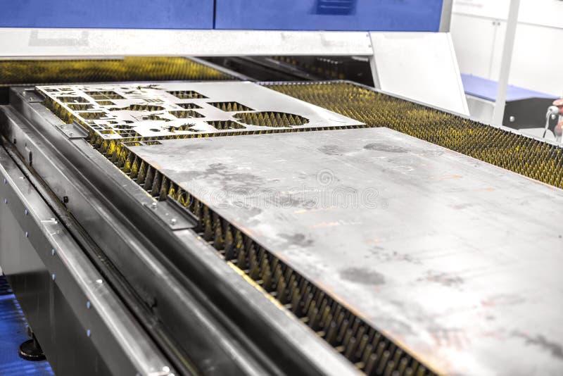 切开与激光的产业机器人钢 库存照片