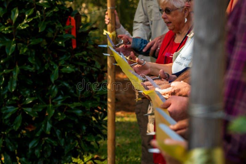 切开仪式Moccasin湖自然公园的丝带 免版税库存图片