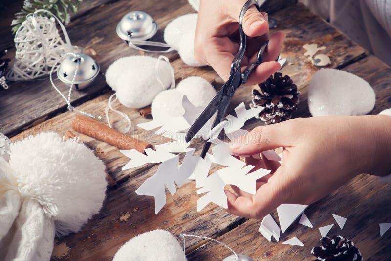 切开圣诞节装饰的雪花 免版税图库摄影