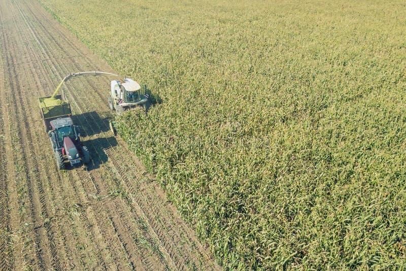 切开在领域鸟瞰图的农业青贮和填装拖车 免版税图库摄影