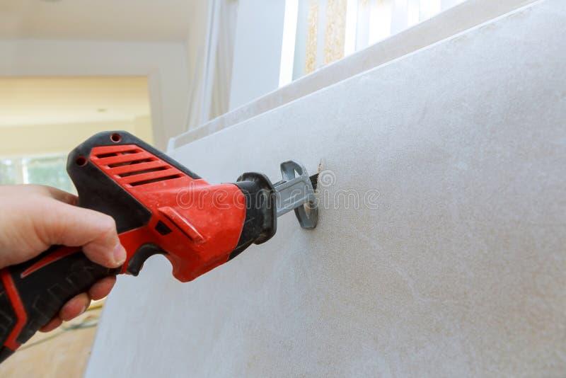 切开干式墙手石膏板有难看的东西肮脏的锯的 库存图片