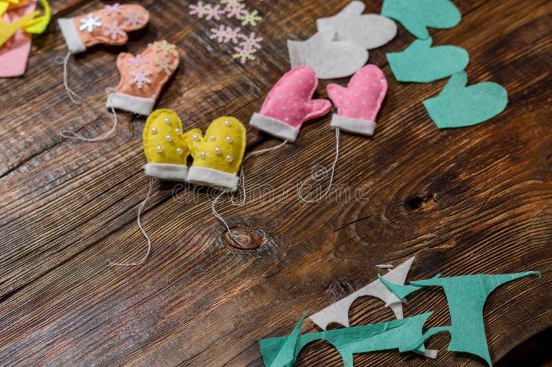 切开并且缝合小玩具 玩具由布料和小珠做成 免版税图库摄影