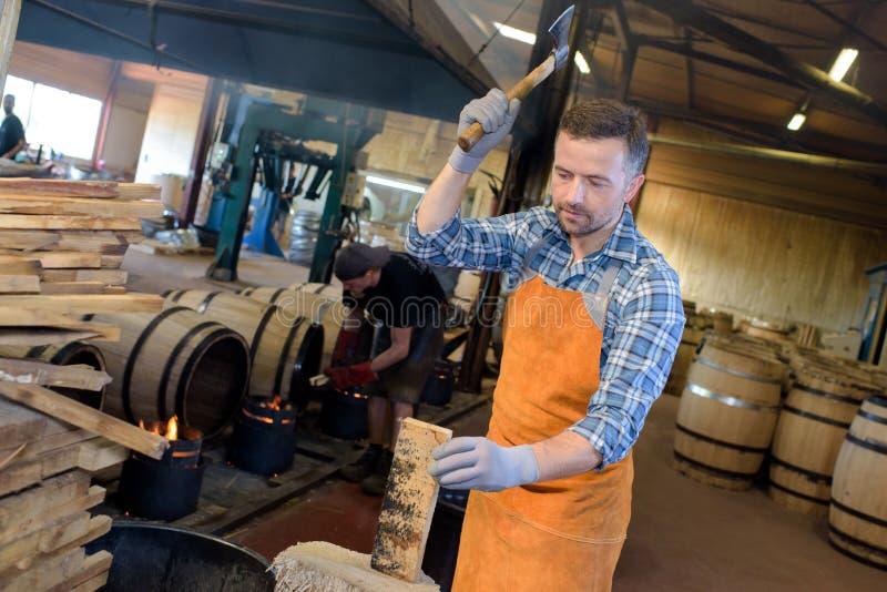 切开抽烟的桶的木桶匠木头 免版税库存照片