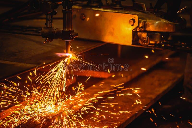切开有乙炔焊切割吹管的工作者钢板 图库摄影