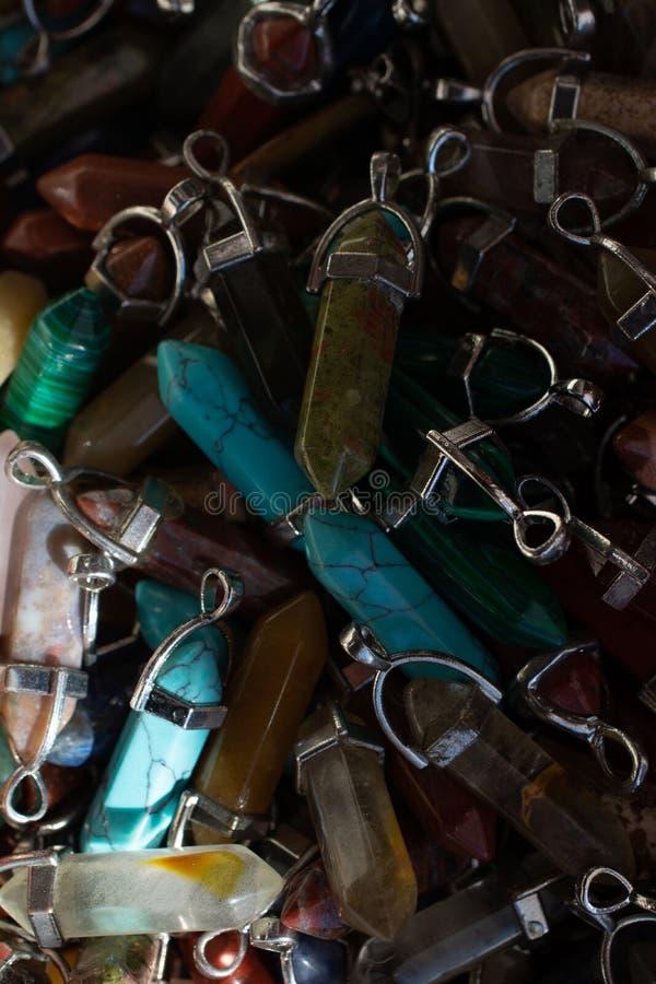 切开自然矿物宝石片断作为项链 免版税图库摄影