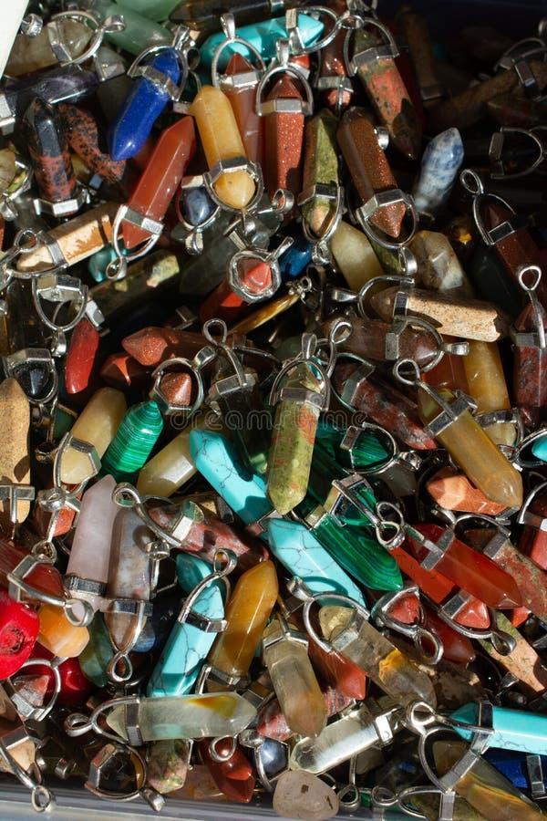 切开自然矿物宝石片断作为项链 免版税库存图片