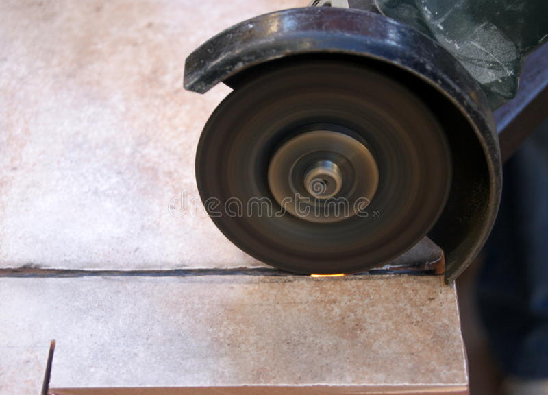 切开陶瓷砖的锯 图库摄影