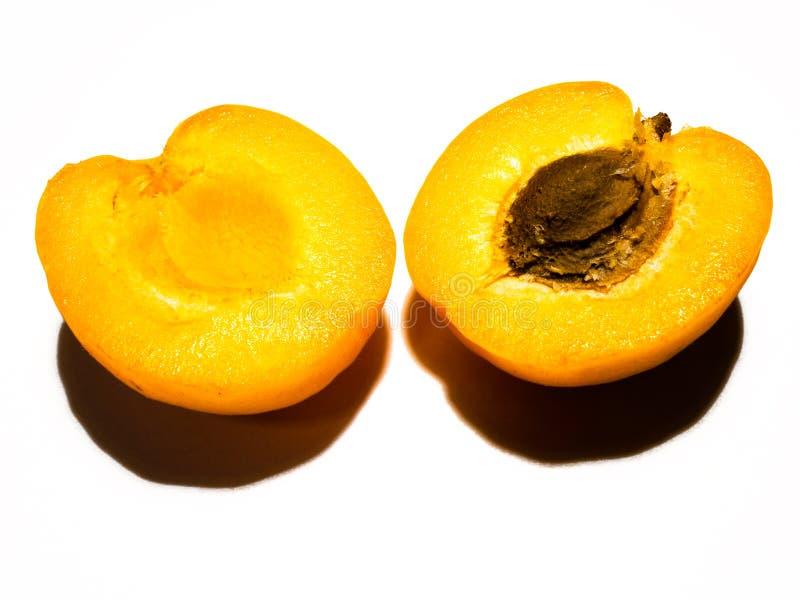 切成两半的杏子 库存图片