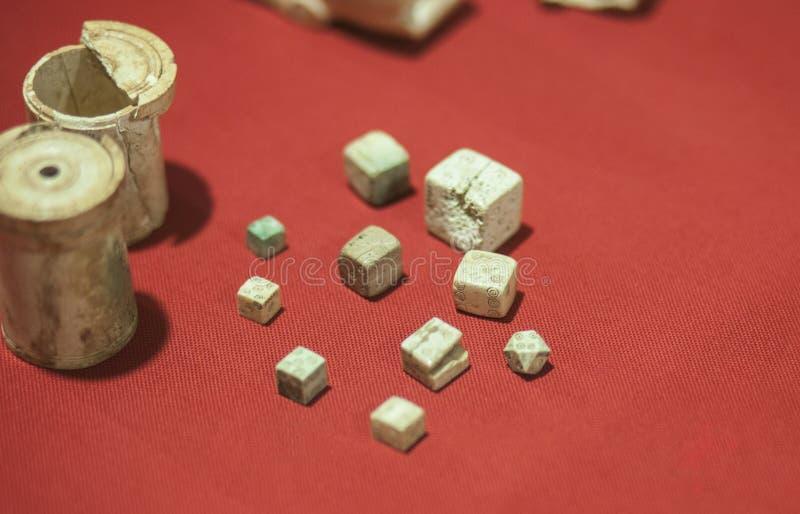 切成小方块和骰盆古老罗马时期 免版税库存图片