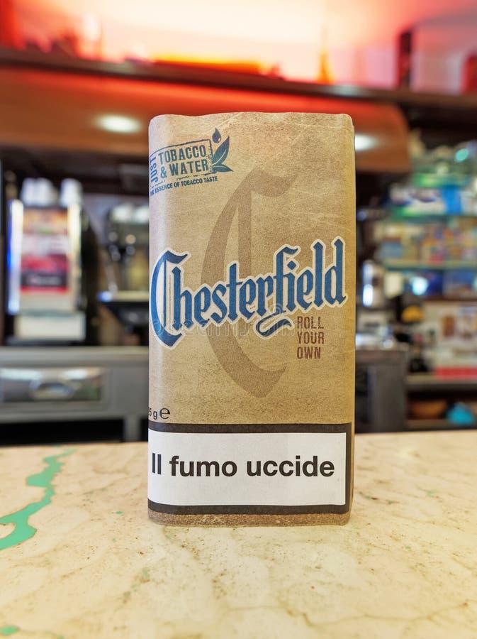 切斯特菲尔德卷您自己,在酒吧柜台的烟丝袋 免版税库存照片