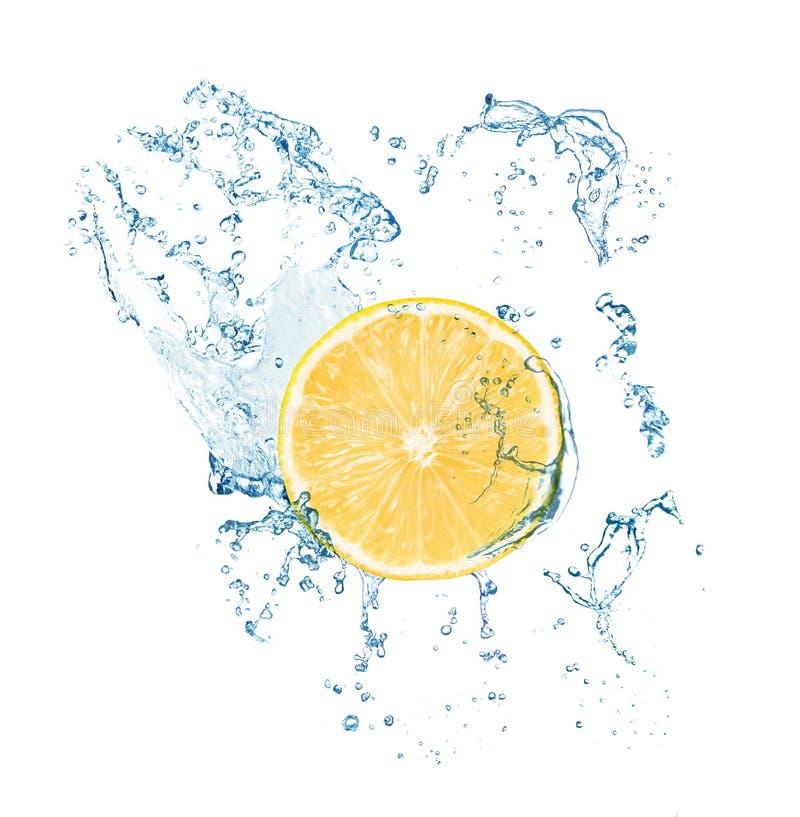 切新鲜的柠檬和在白色背景的飞溅水 免版税库存图片