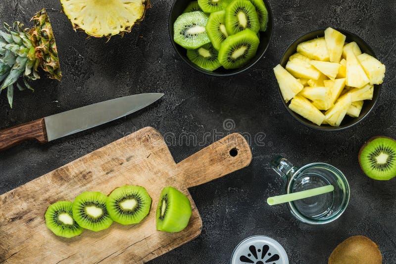 切新鲜的猕猴桃和菠萝 圆滑的人成份 顶视图 免版税图库摄影