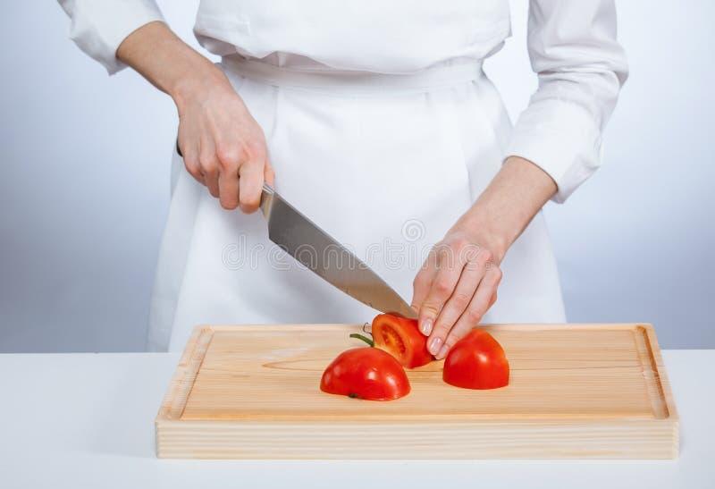 切新鲜的蕃茄的厨师 库存照片