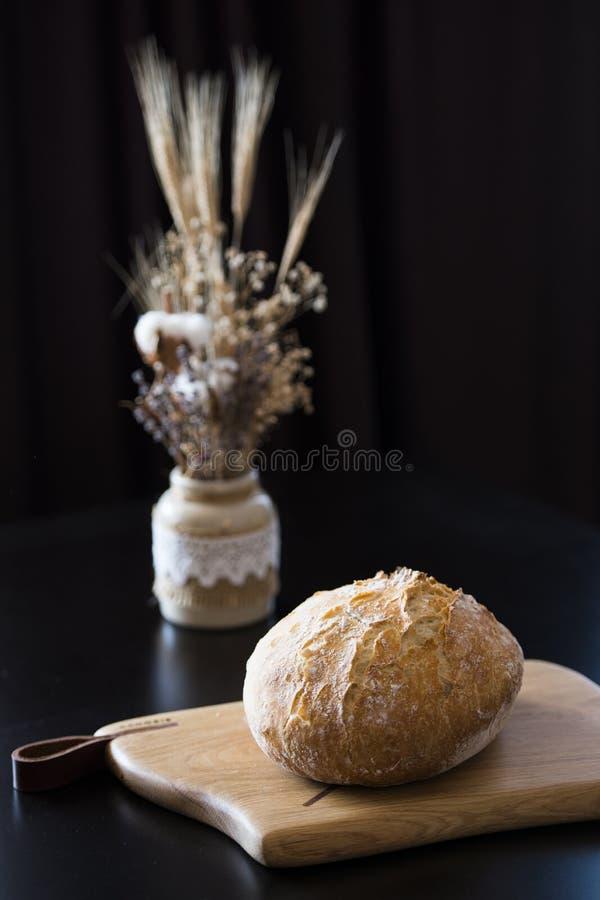 切板上的自制面包 免版税图库摄影