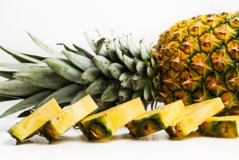 切片一个可口和水多的菠萝 库存照片