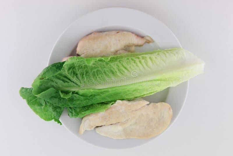 切片与莴苣的心脏的炸鸡 免版税库存照片