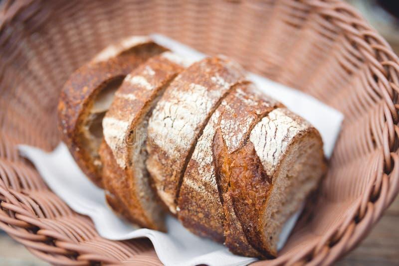 切片卷白色,发酵母黑麦全麦棕色黑暗的谷物自然面包手工制造在面包店用在柳条ba的面粉大麦 图库摄影