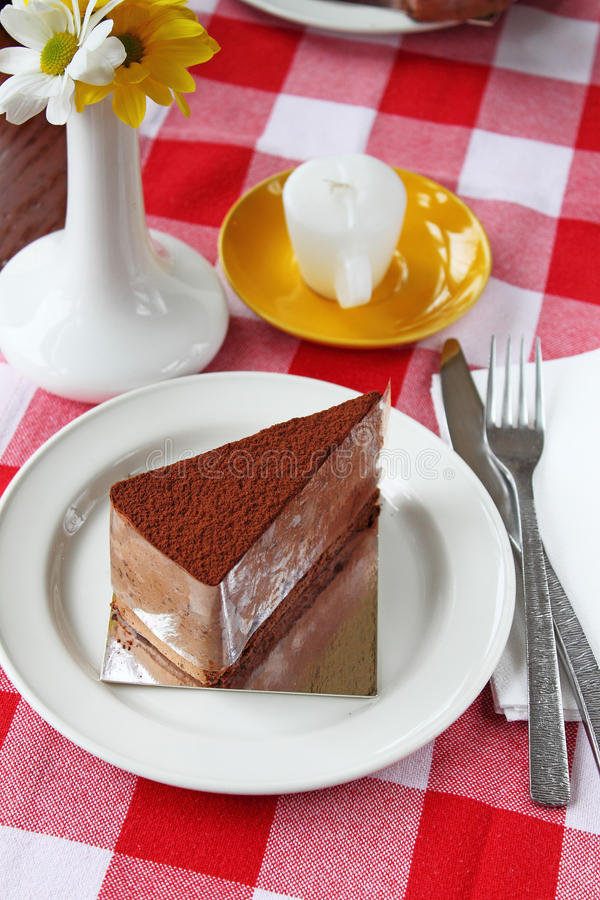 Download 切片在一块白色板材的巧克力蛋糕 库存照片. 图片 包括有 自创, 对象, 正方形, 膳食, 美食, 点心 - 62538916