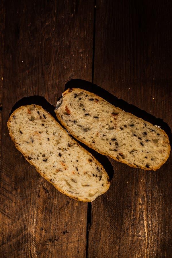 切片在一张木桌上的黑面包 健身面包用麸皮和谷物 免版税图库摄影