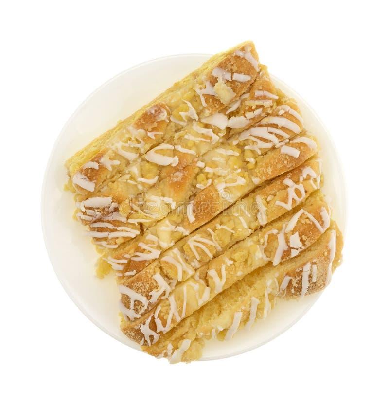 切片在一张白色板材顶视图的乳酪丹麦语 库存照片
