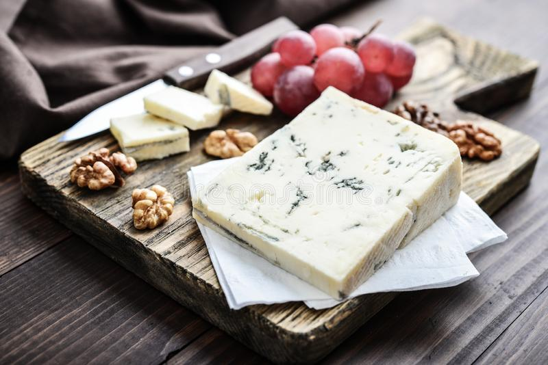 切片在切板的戈贡佐拉乳酪 免版税库存照片