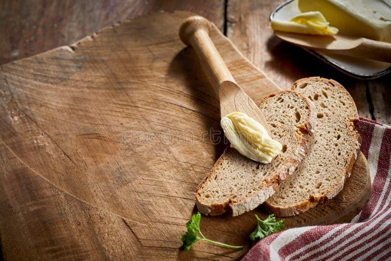 切片在切板的新近地被烘烤的黑麦面包 库存图片