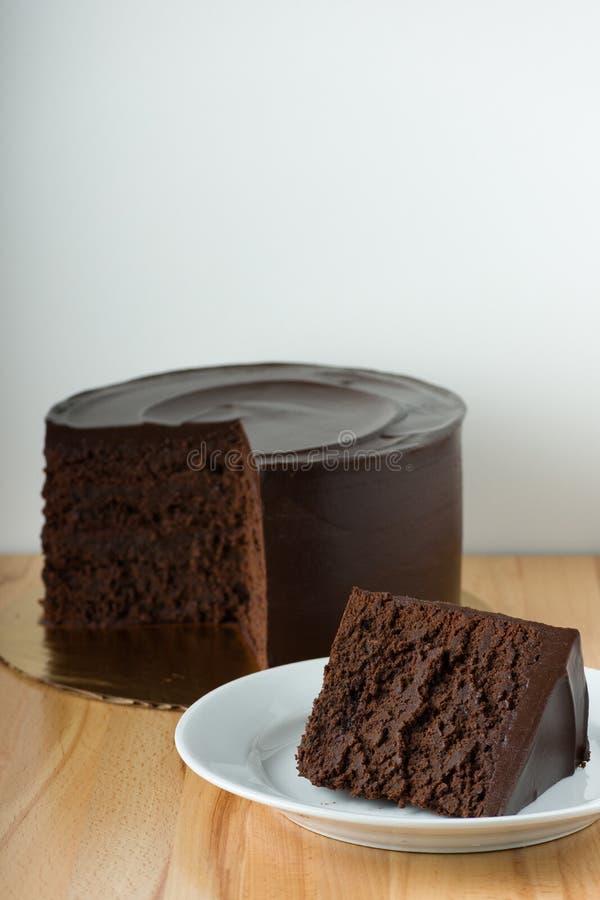 切片在木表上的巧克力蛋糕与白色背景和拷贝空间 库存图片
