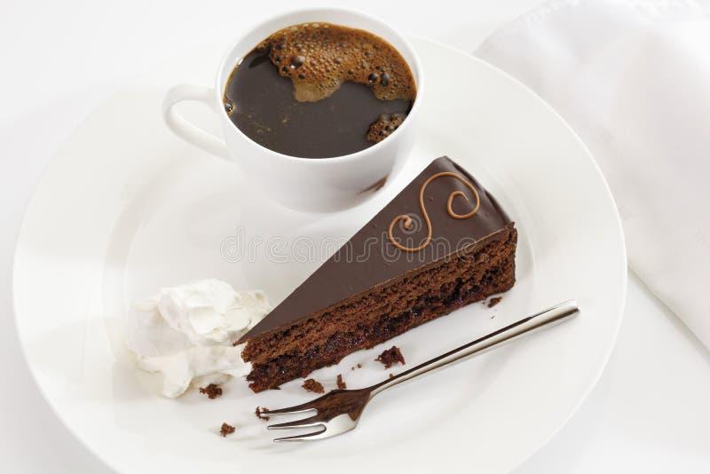 切片在板材的Sacher蛋糕用咖啡 免版税图库摄影