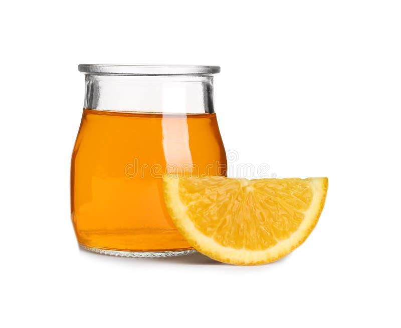 切片在玻璃瓶子的橙色和鲜美果冻点心在白色 免版税库存照片