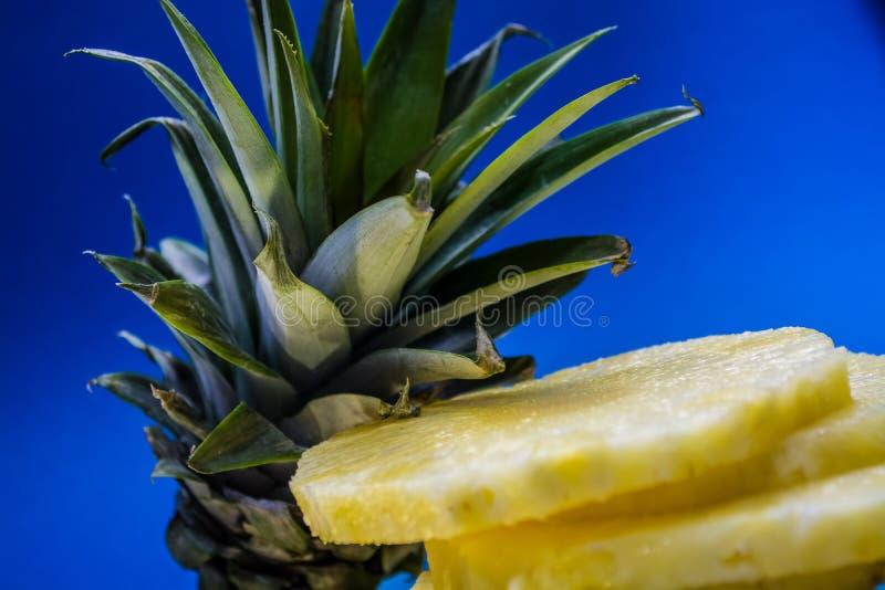 切片在蓝色和明亮的背景的新鲜和裁减菠萝 热带,柑桔 健康的一天然产品 r 库存照片