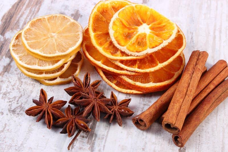Download 切片干柠檬、桔子和香料在老木背景 库存图片. 图片 包括有 工作室, 柠檬, 问题的, 星形, 本质, 部分 - 62530753