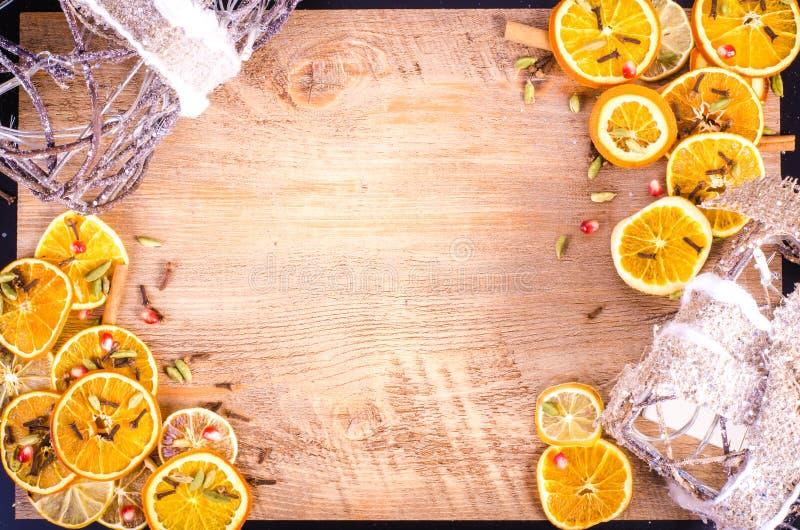 切片干桔子,柠檬,桂香,丁香,豆蔻果实 库存图片