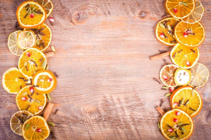 切片干桔子,柠檬,桂香,丁香,豆蔻果实 免版税图库摄影