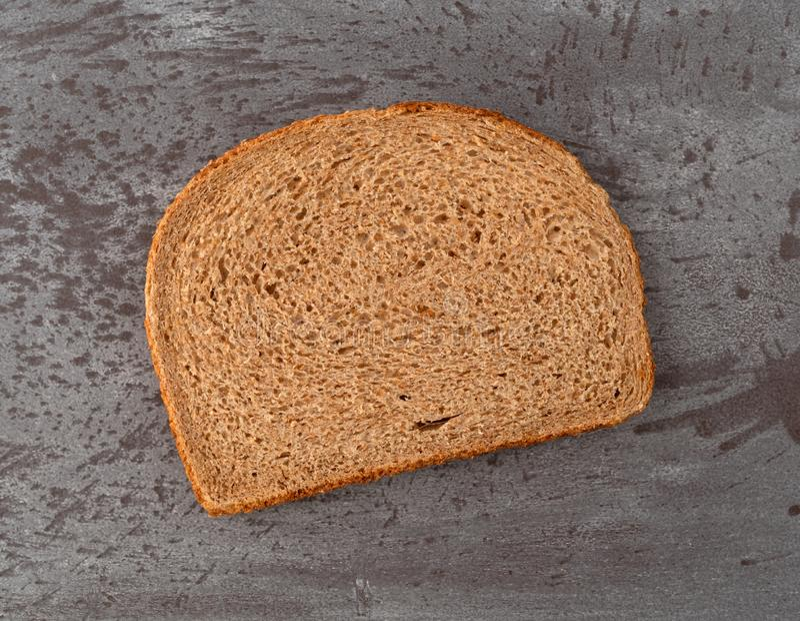 切片所有自然石碎全麦面包 免版税库存图片
