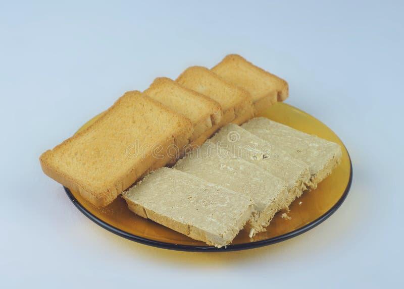 切片敬酒的饼干和向日葵halvah 免版税图库摄影