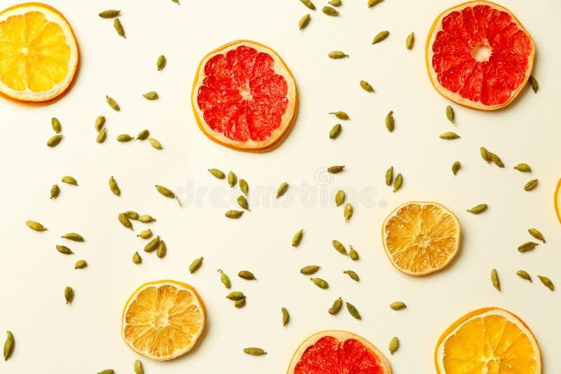 切片柑橘水果和豆蔻果实鲜美加香料的热葡萄酒的在白色背景 库存图片