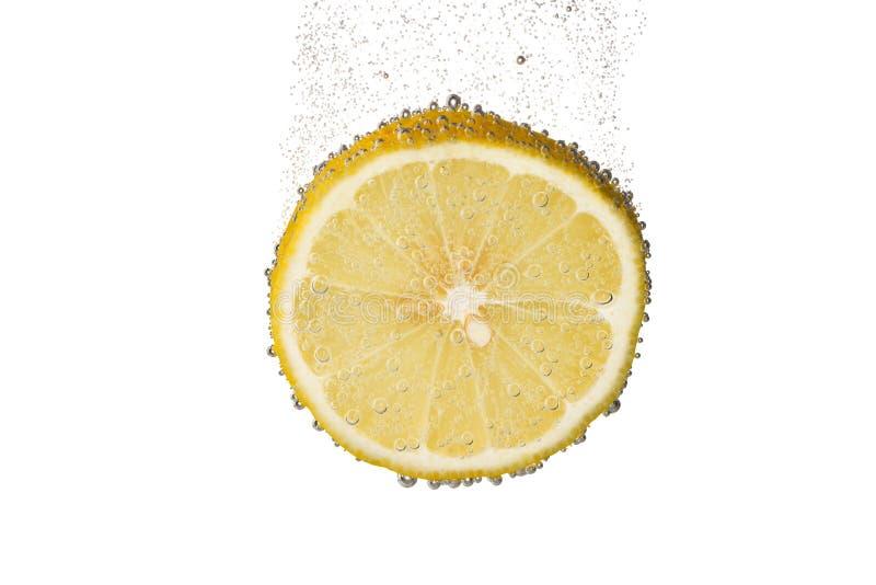 切片柠檬在水中与泡影 库存照片