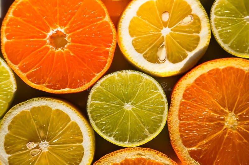 切片桔子、柠檬、石灰和普通话 库存照片
