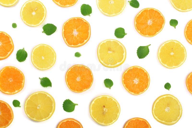 切片桔子或蜜桔和柠檬与在白色背景隔绝的薄荷叶 平的位置,顶视图 库存照片